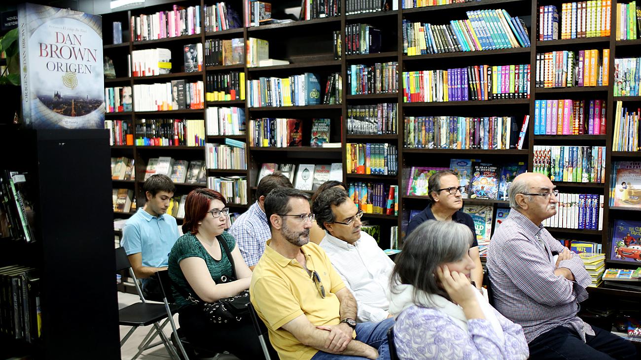 De Frutos explicó a los presentes la trama de 'Elisa o el laberinto de los inocentes' / Elena Rosa