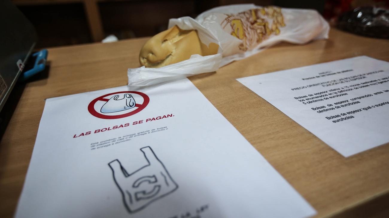4e3620ebc El pequeño comercio se prepara para cobrar por las bolsas de plástico, la  nueva amenaza ambiental - Lanza Digital - Lanza Digital