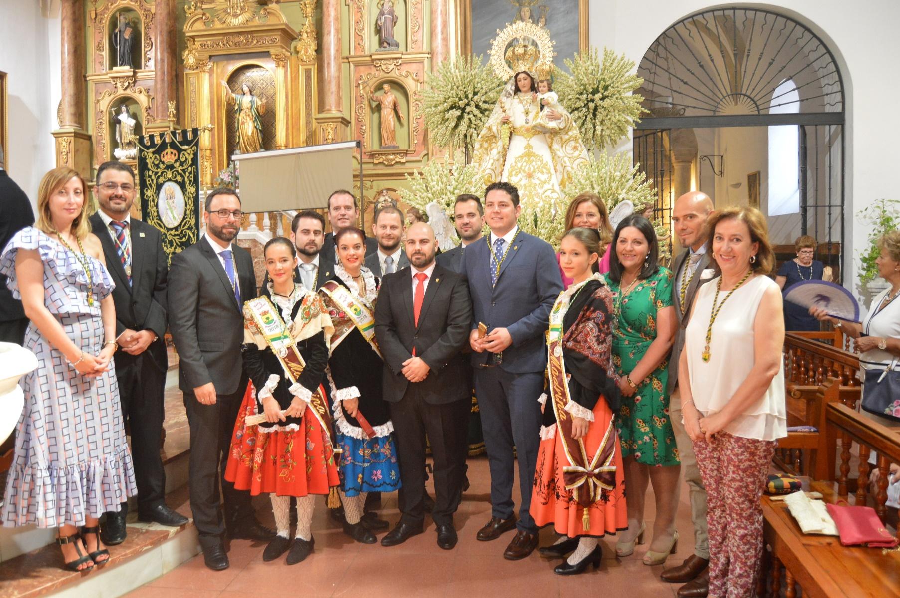 Miembros de la VCorporación con la Virgen de las Viñas