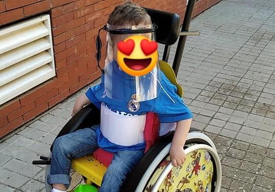 Hugo en su silla de ruedas