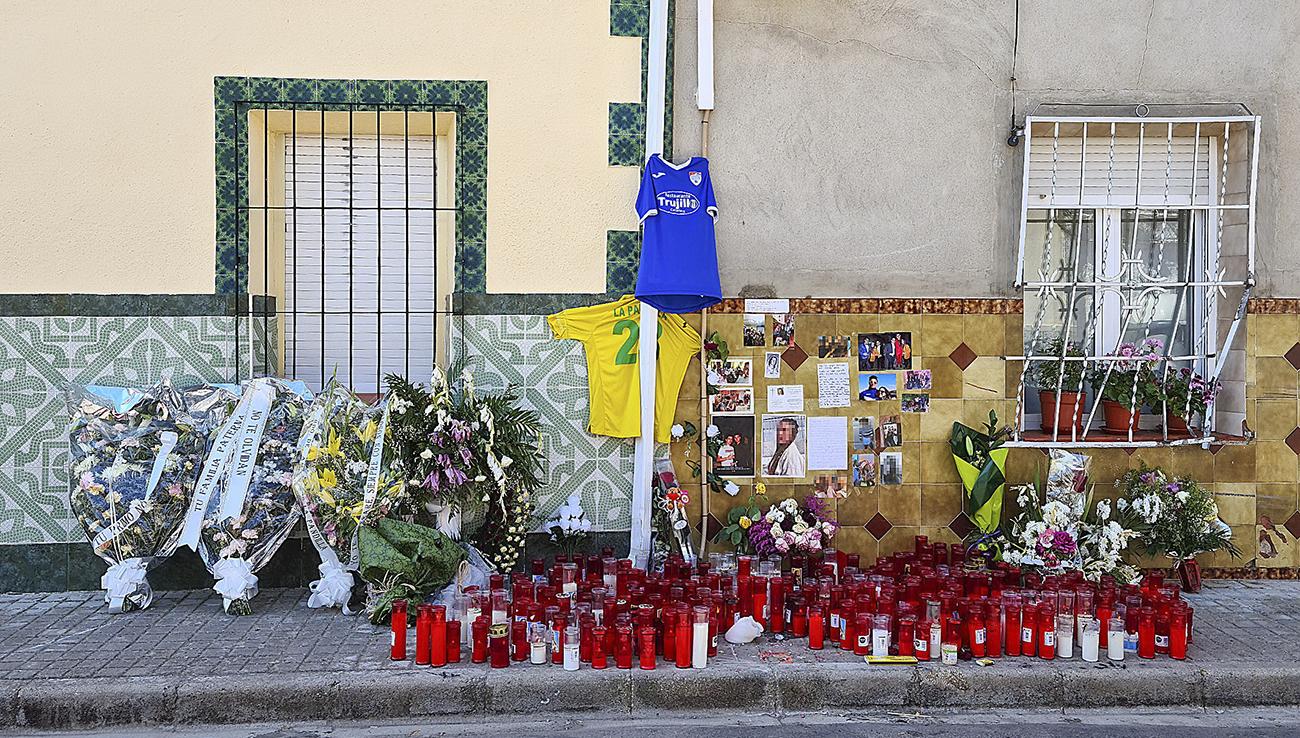 Los vecinos de Argamasilla de Alba siguen dejando flores, velas y mensajes a los fallecidos en el lugar del accidente / Ayto A de Alba