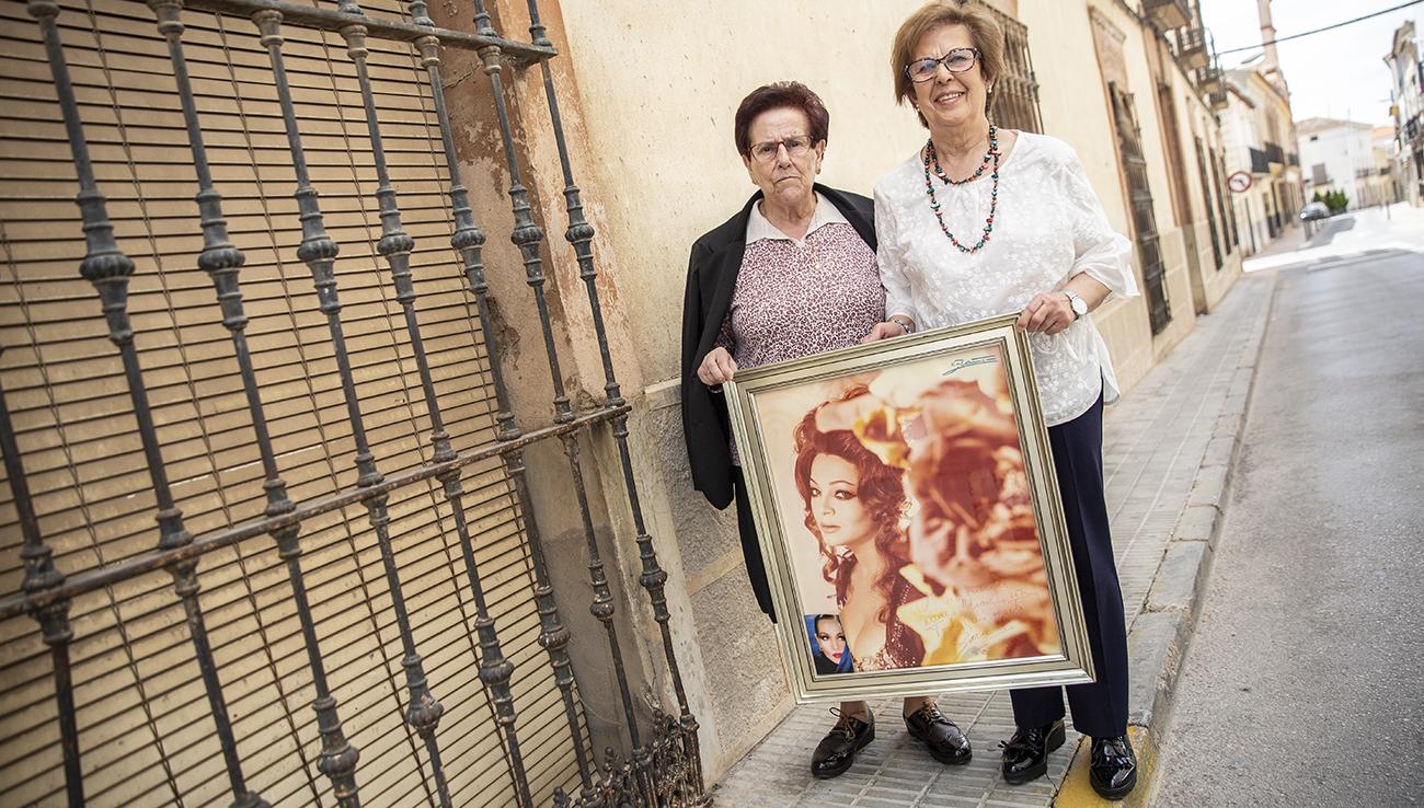 Josefina Abad y Manuela Cámara enseñan una de las míticas fotografías de Sara Montiel / Clara Manzano
